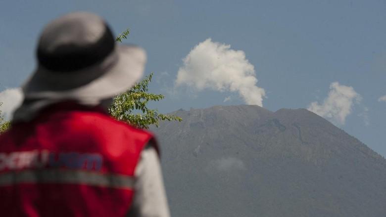 Aktivitas Gunung Agung Turun Drastis 24 Jam