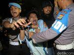 Foto: Polisi Bubarkan Paksa Aksi Mahasiswa di Depan Istana