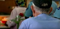 Mengharukan! Kakek Ini Lakukan Kencan Makan Siang dengan Foto Mendiang Istrinya