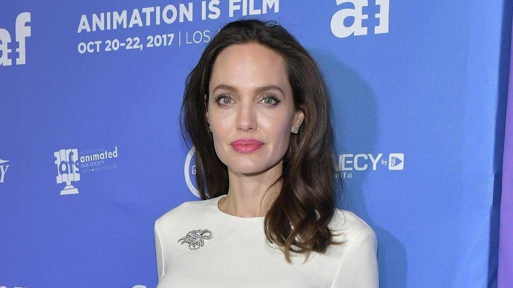 Quality Time Unik Angelina Jolie dan Anaknya: Makan Serangga