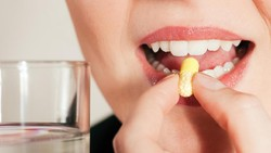 Gigi kuning selain tidak enak dilihat juga menandakan adanya masalah pada kesehatan gigi dan mulut. Hindari 8 penyebab gigi kuning berikut ini.
