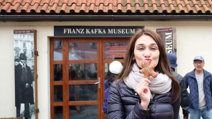 Eksis Terus... Luna Maya Lagi Jalan-jalan di Praha