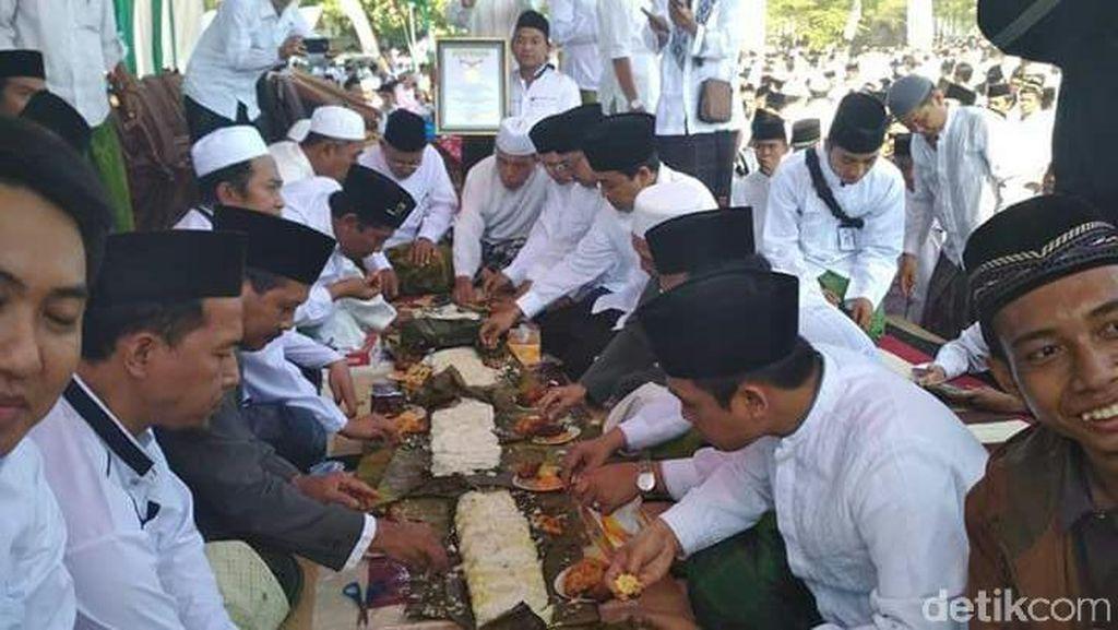 Santri Nurul Jadid Pecahkan Rekor MURI Makan Tabhek