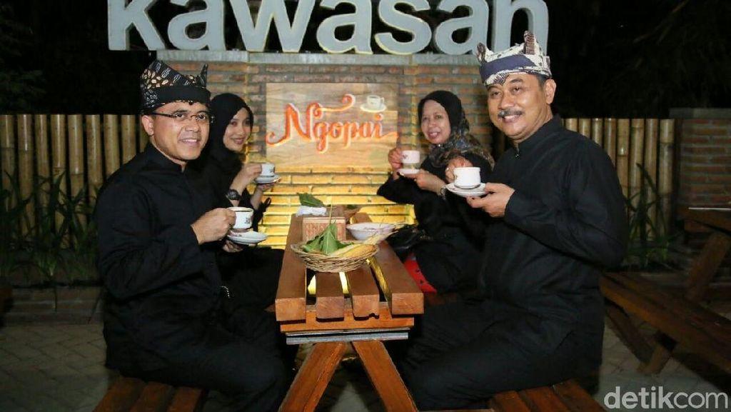 Warga Banyuwangi Ngopi Bersama Dalam Festival Ngopi Sepuluh Ewu Cingkir