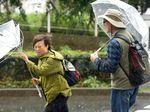 Melihat Aktivitas Warga Jepang di Tengah Topan