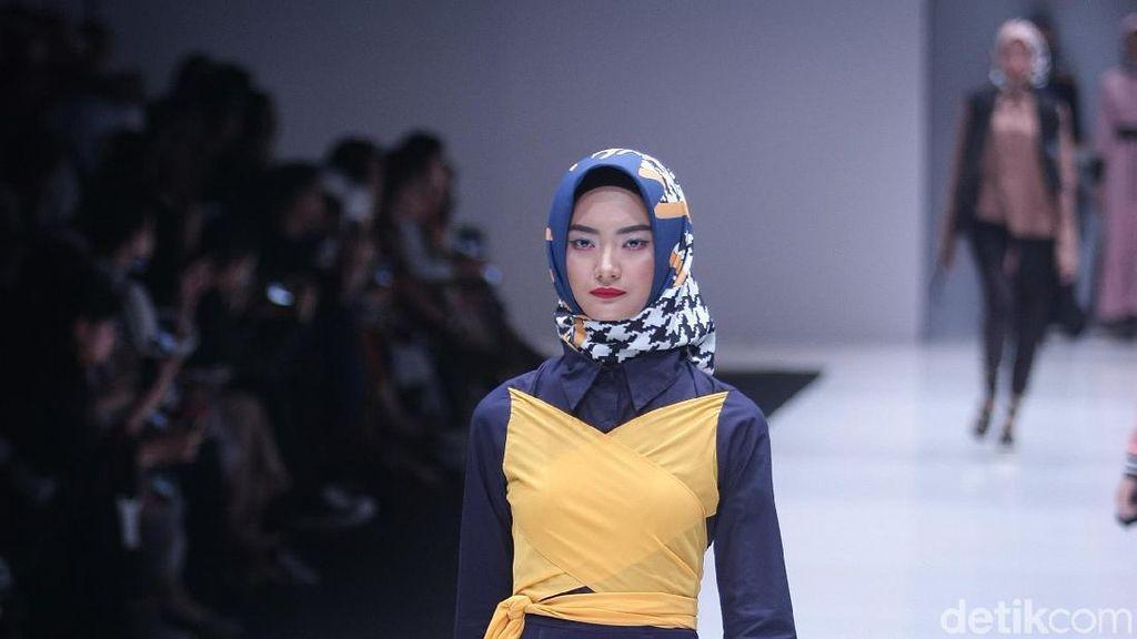 Zaskia Sungkar Rilis Koleksi Busana Muslim Ngepop di Jakarta Fashion Week
