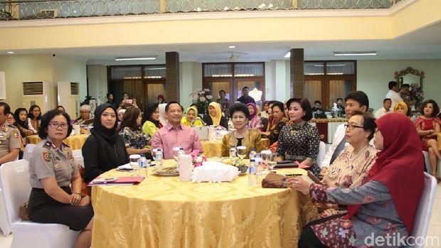 Kapolri Jenderal Tito Karnavian saat berdialog dengan aktivis perempuan