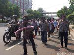 Puluhan Buruh Zombie AMT Pertamina Long March ke Istana Negara