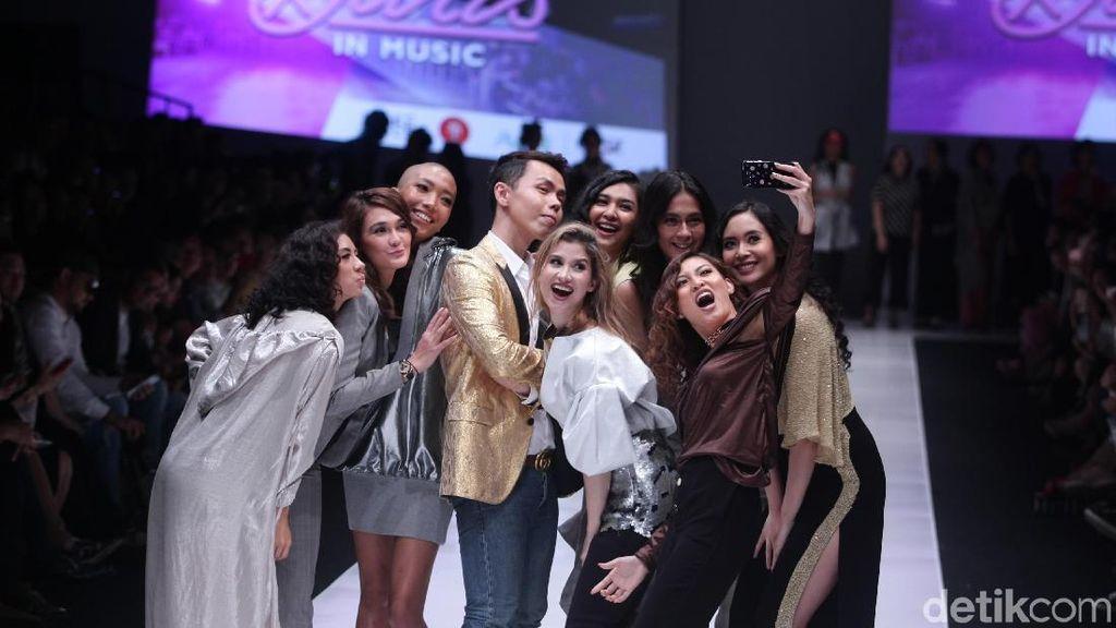 Foto: Mikha Tambayong Sampai Jennifer Bachdim di Fashion Show Luna Maya