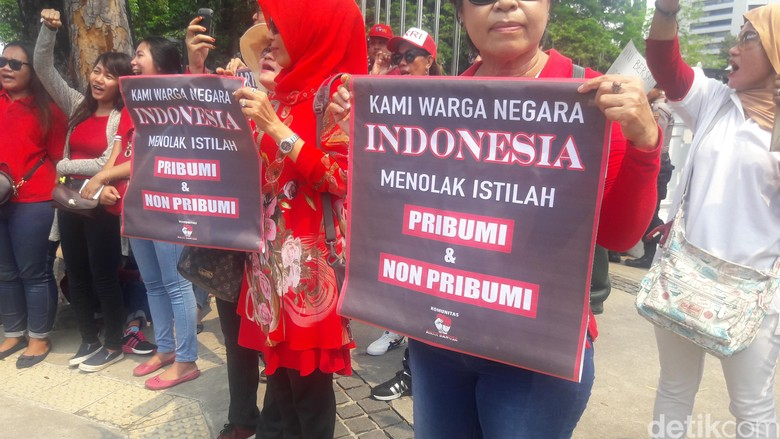 Demo Pidato Massa Tuntut Anies - Jakarta Massa yang menamakan diri Gabungan Masyarakat Jakarta menggelar demonstrasi menuntut proses hukum terhadap Gubernur DKI Jakarta Anies