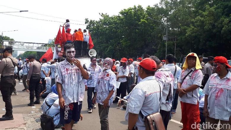 Sebelum ke Istana, Massa Zombi AMT Aksi di Depan Kantor Pertamina