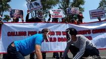 Aksi Tolak Adu Bagong di Gedung Sate