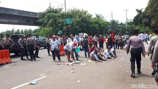 Sebelum ke Istana, Massa Zombie AMT Aksi di Depan Kantor Pertamina