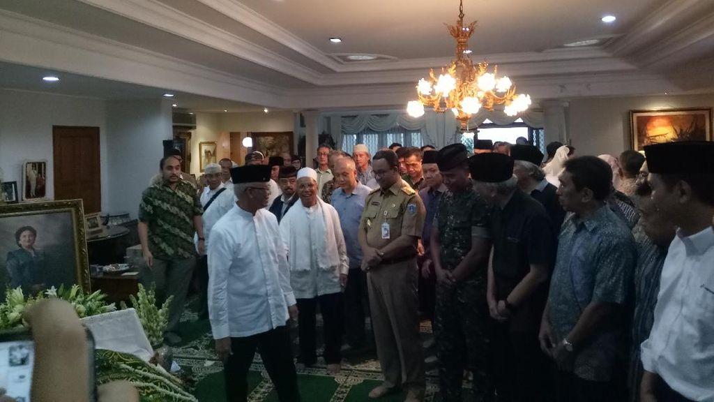 Anies Melayat ke Istri Mantan Gubernur DKI Wiyogo Atmodarminto