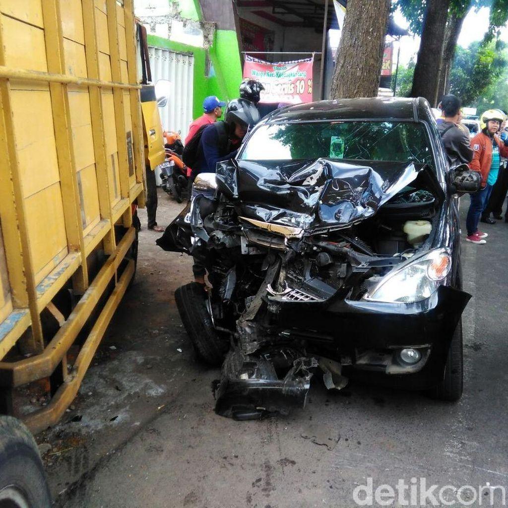 Brak.. Mobil Kapolsek di Malang Tabrak Truk Pasir, 1 Orang Luka