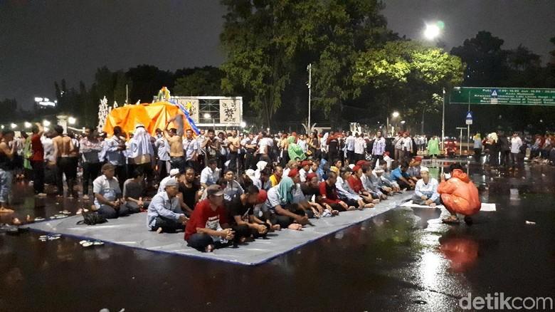 Lewati Batas Waktu, Massa Zombie AMT Masih Bertahan di Depan Istana