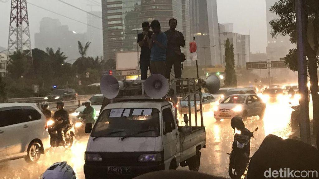 Diguyur Hujan, Massa Eks Mahasiswa Berdemo di Depan Polda Metro