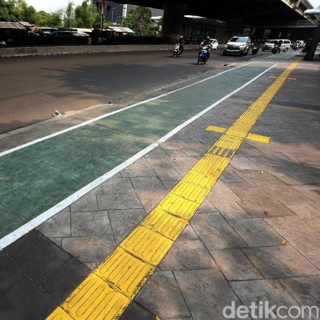 Nyamannya Jalur Pedestrian di Jalan Ahmad Yani Jakarta Timur