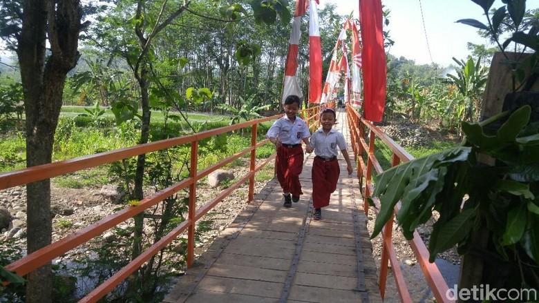 Setelah 25 Tahun, Siswa di SD ini Kini Tak Perlu Lagi Terjang Sungai