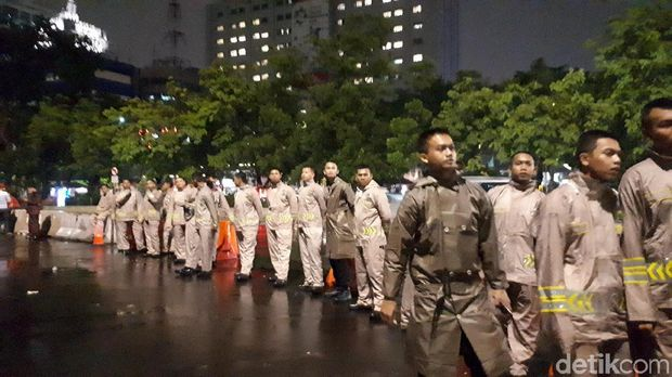 Pihak kepolisian sudah mengimbau massa untuk membubarkan diri karena sudah melewati batas waktu demonstrasi