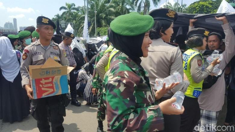 Aksi Polwan-Kowad Bagikan Air dan Permen ke Pendemo Perppu Ormas