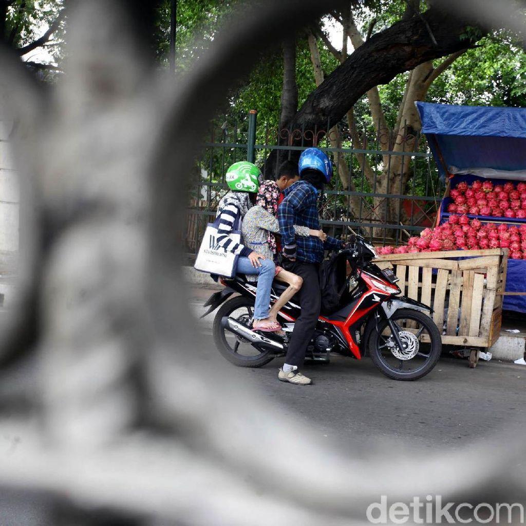 Pedagang Buah Kuasai Trotoar di Jalan Raya Bogor