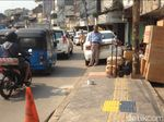 Baru Dipermak, Trotoar di Jatinegara Barat Malah Jadi Parkir Liar