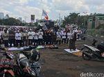 Massa dan Polisi Salat Zuhur di Sela Demo Tolak Perppu Ormas