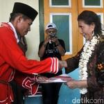 Menteri Susi Terima Gelar Adat Orlima Luar dari Masyarakat Lonthoir