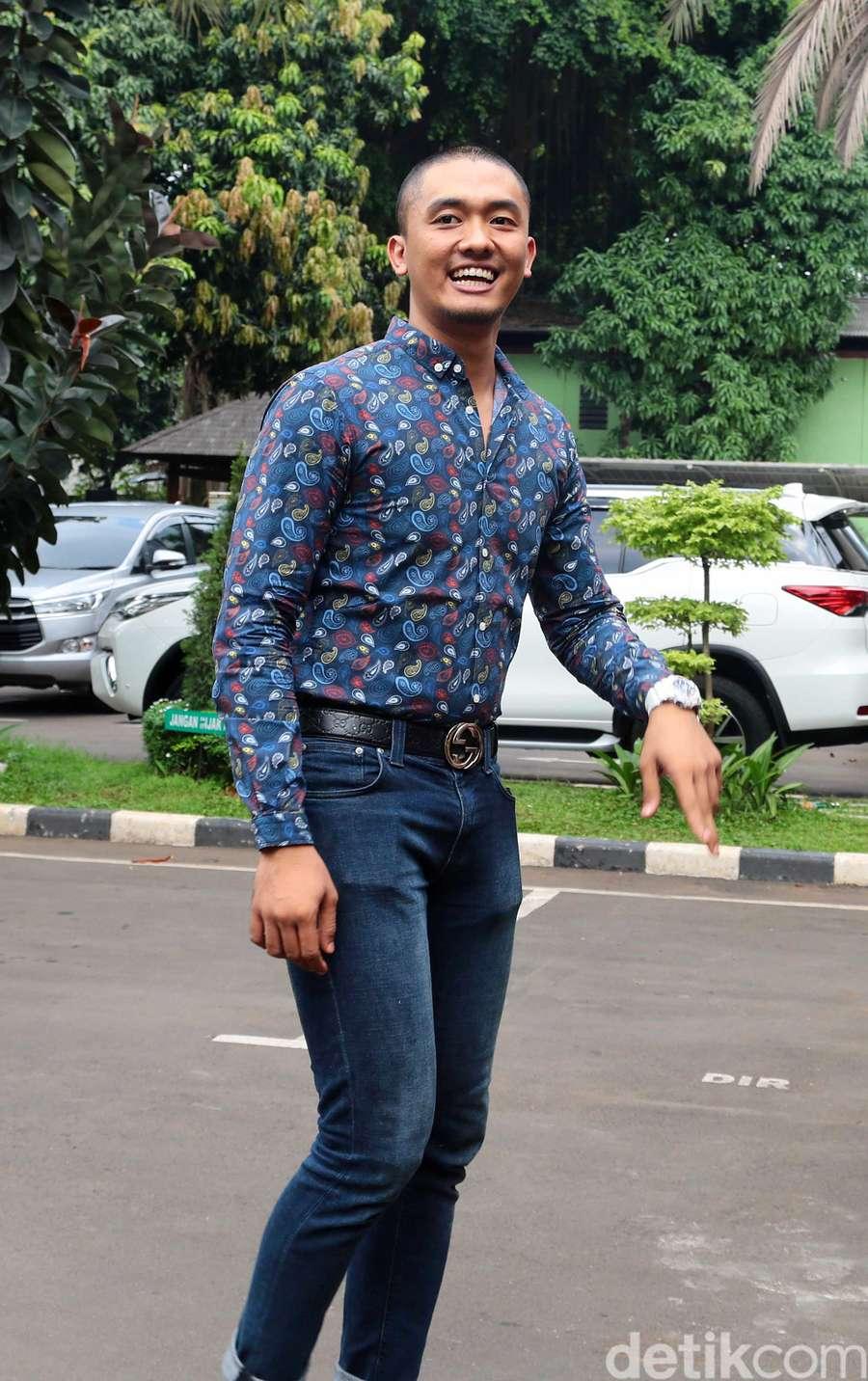 Senyum Uus saat Jadi Saksi Kasus Nikita Mirzani