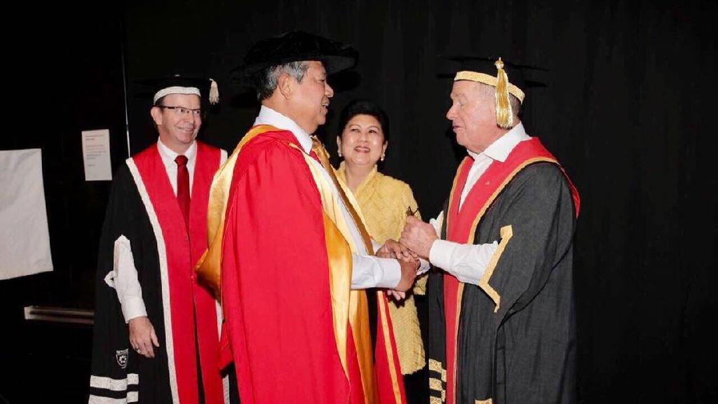 SBY Raih Gelar Doktor Honoris Causa dari Charles Darwin University