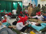 Warga dan TNI di Cirebon Donor Darah Massal