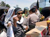 Aksi Polwan-Kowad, Bagikan Air dan Permen ke Pendemo Perppu Ormas