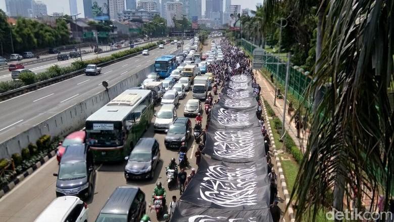 Massa Long March, Bentangkan Bendera Ar-Rayah di Depan Gedung DPR