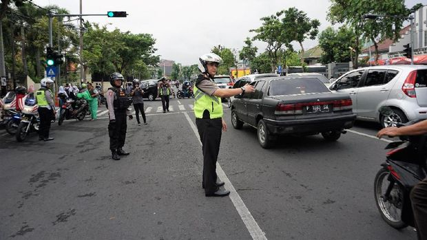 Kombes Iqbal juga ikut mengatur lalu lintas