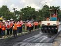 Aspal Campur Kresek Dites di Jalanan Makassar