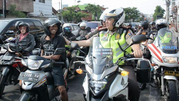 Kombes Iqbal menyapa pengguna jalan