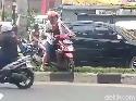 Emak-emak Angkat Motornya Putar Arah Lewati Pembatas Jalan Tinggi