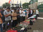 Massa Tolak Perppu Ormas dan Polisi Salat Asar bersama