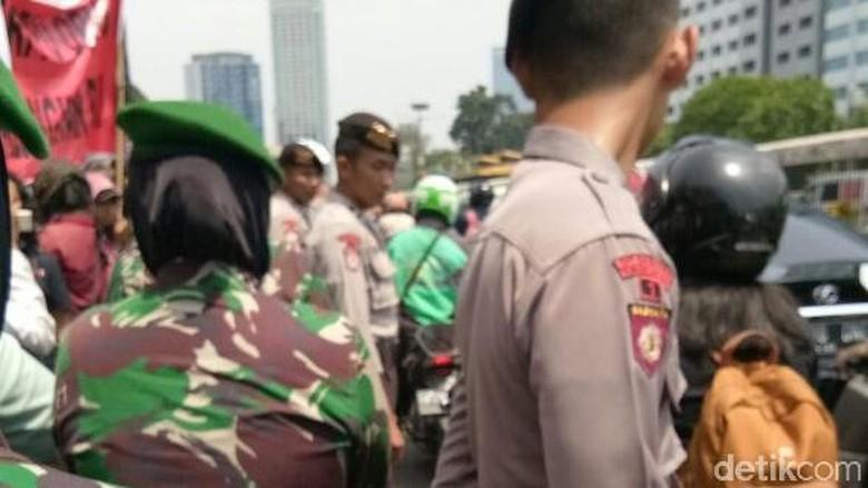 Polwan-Kowad Berhijab Dikerahkan Amankan Demo Tolak Perppu Ormas