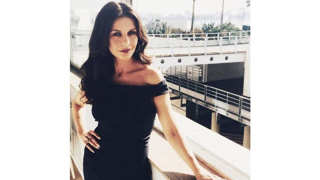 Pinggang Ramping di Usia 48 Tahun, Ini Rahasia Catherine Zeta-Jones