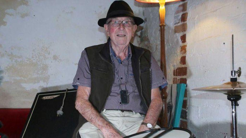 Sudah 96 Tahun Pria Ini Masih Menabuh Drum