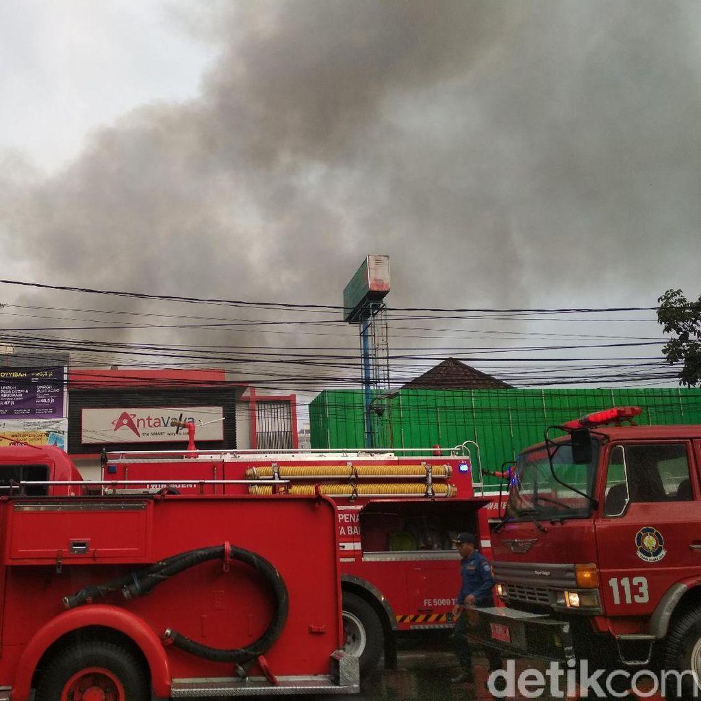 Warga dan Petugas Padamkan Kebakaran Rumah di Bandung