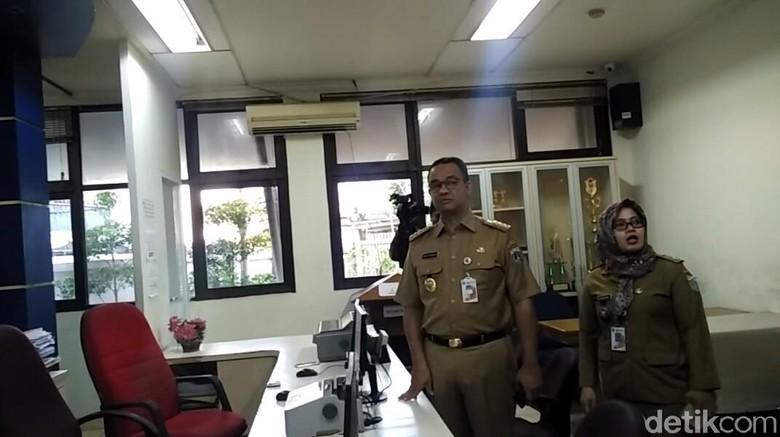 Melihat Gaya Anies Sidak di - Jakarta Gubernur DKI Jakarta Anies Baswedan terus melakukan kunjungan ke berbagai tempat hingga hari ketujuh Hari ini Anies