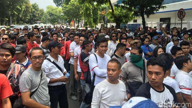 Tolak Aturan Baru, Ratusan Driver Taksi Online Demo ke Kemenhub