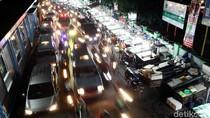 Foto: PKL Meluber ke Jalan, Bikin Macet!