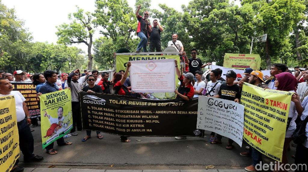 Demo Taksi Online Kritisi Menteri Perhubungan