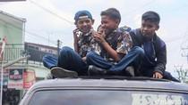 Ngeriii,.. Begini Tradisi Pelajar Garut Naik di Atap Mobil
