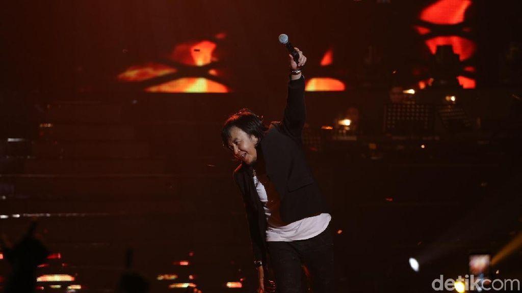 Rangkuman Perjalanan Sang Musisi di 25 Tahun Ari Lasso Sepenuh Hati