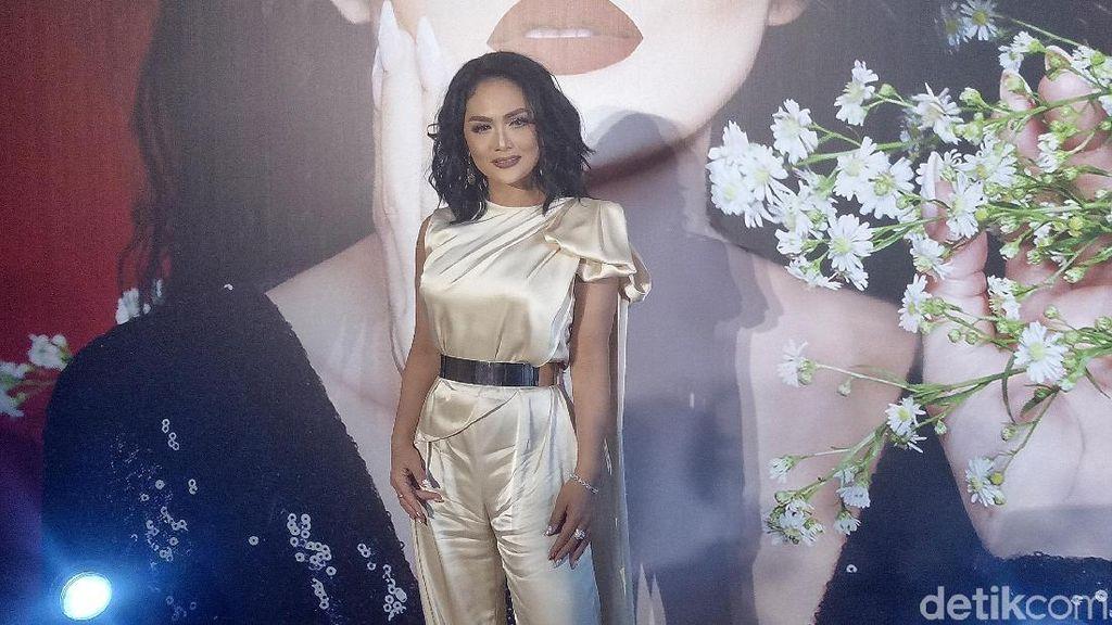 Rilis Lipstik, Krisdayanti Tampil Glamor dengan Jumpsuit Emas